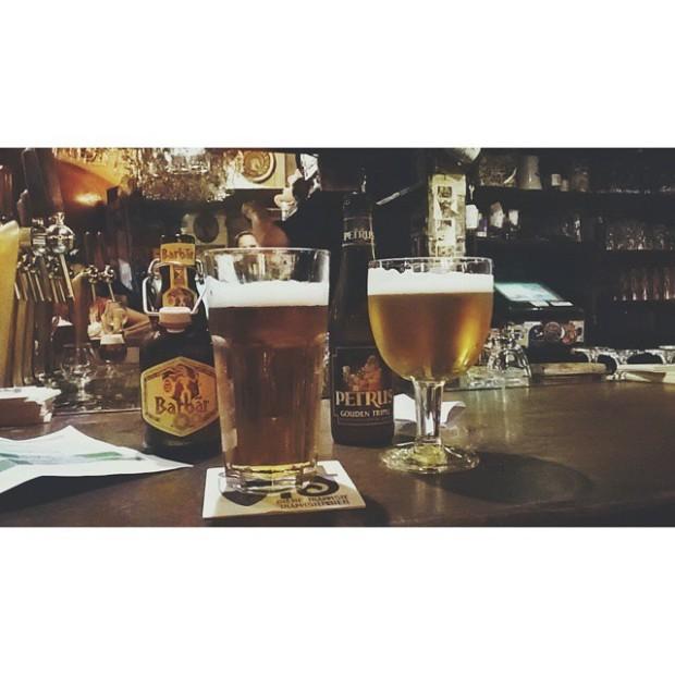 Ir sozinha pro bar e tomar duas cervejas diferentes ao mesmo tempo? Claro que pode